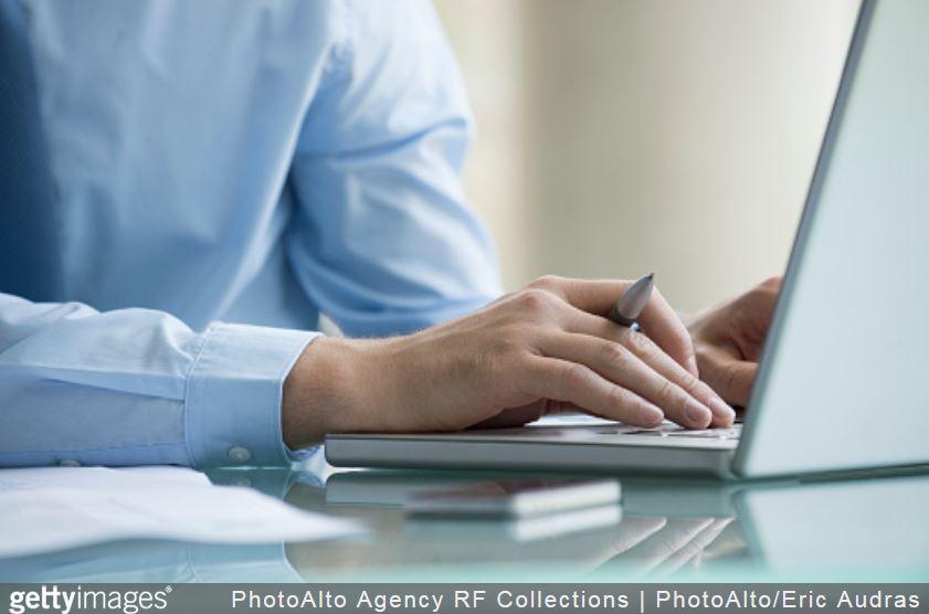 email-ordinateur-entreprise-stylo-ordinateur-chemise-travail-business