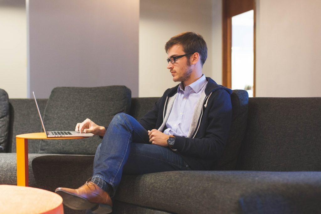 Un freelance qui travail depuis son domicile