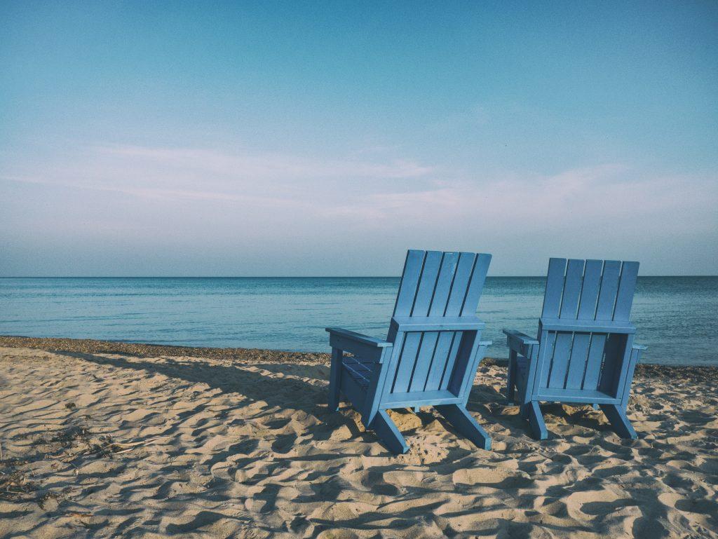 Deux chaises de détente sur la plage