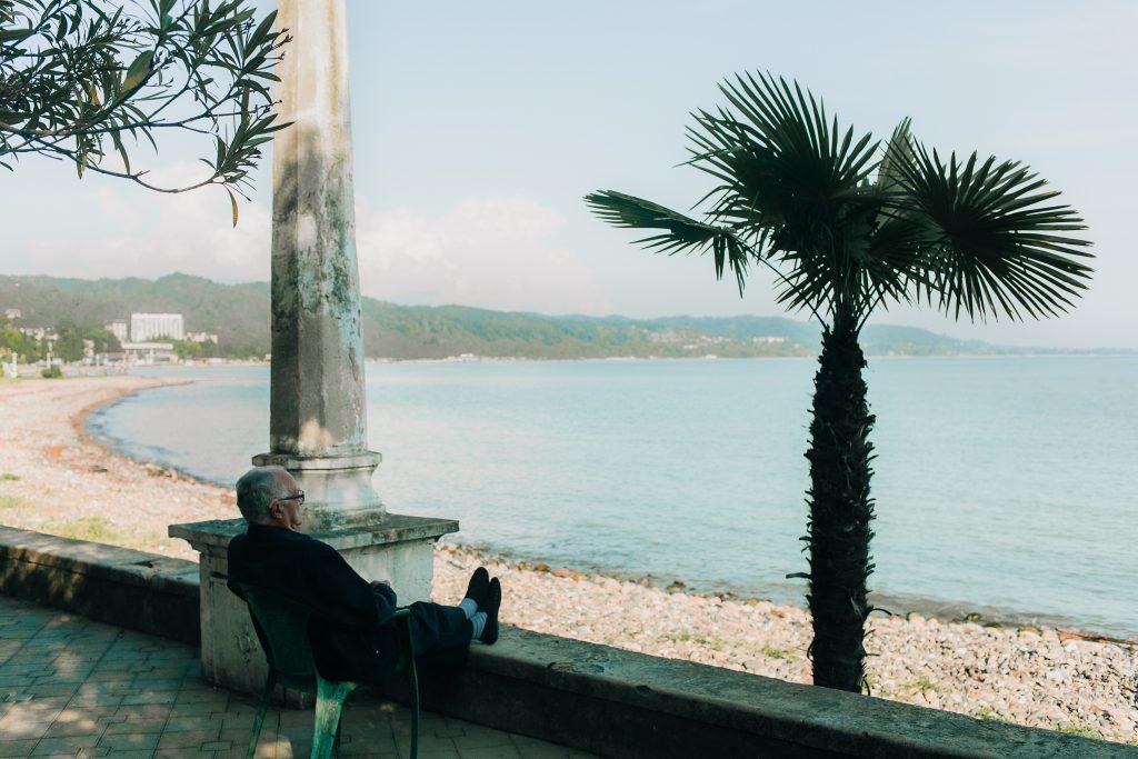 Personne âgée qui profite de la vue sur la mer