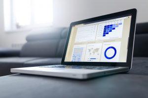 ordinateur portable avec graphiques affichés à l'écran