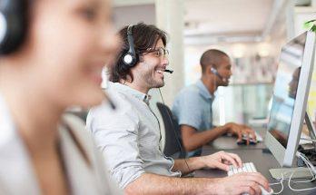 3 prestataires qui travaillent sur leur ordinateur