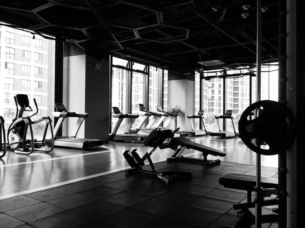Salle de sport avec matériel de musculation