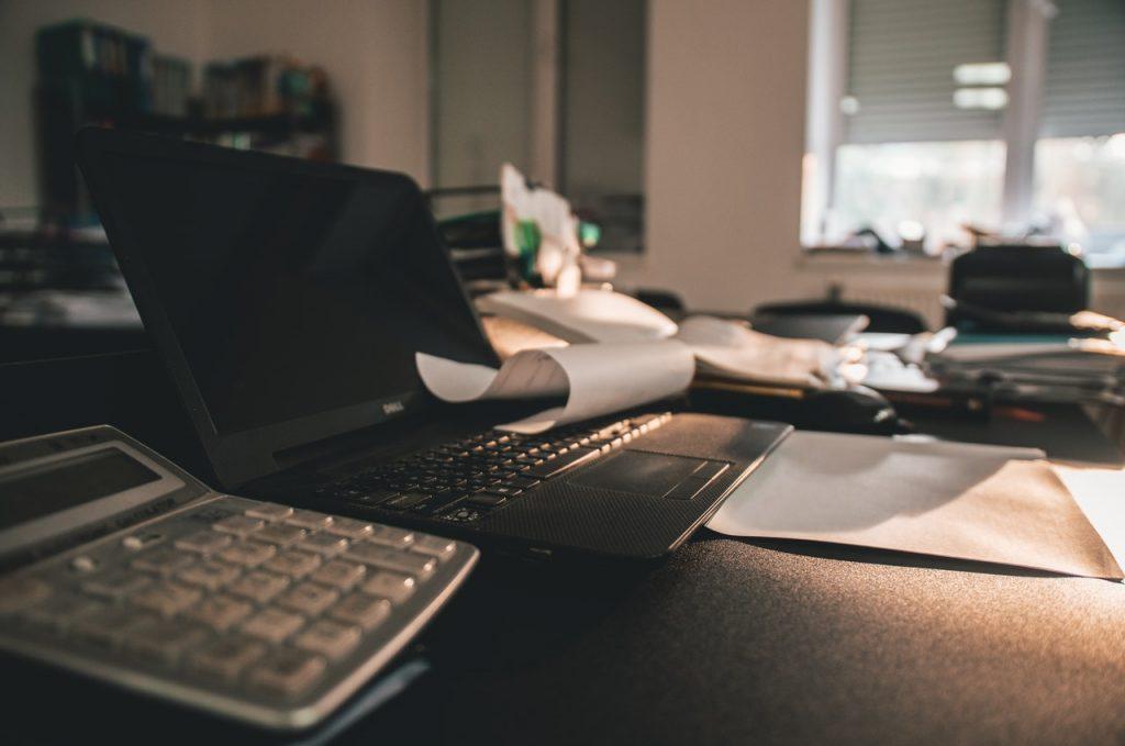 calculatrice posée à côté d'un ordinateur portable