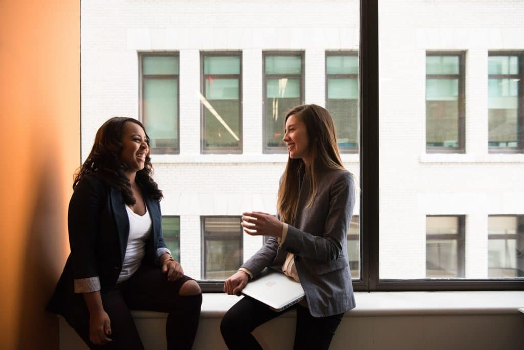deux femmes discute